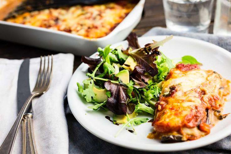 Recept voor melanzane van aubergine voor 4 personen. Met zout, olijfolie, peper, aubergine, mozzarella, pecorino, tomaat, basilicum, slamelange, avocado, balsamicodressing en tomatensaus