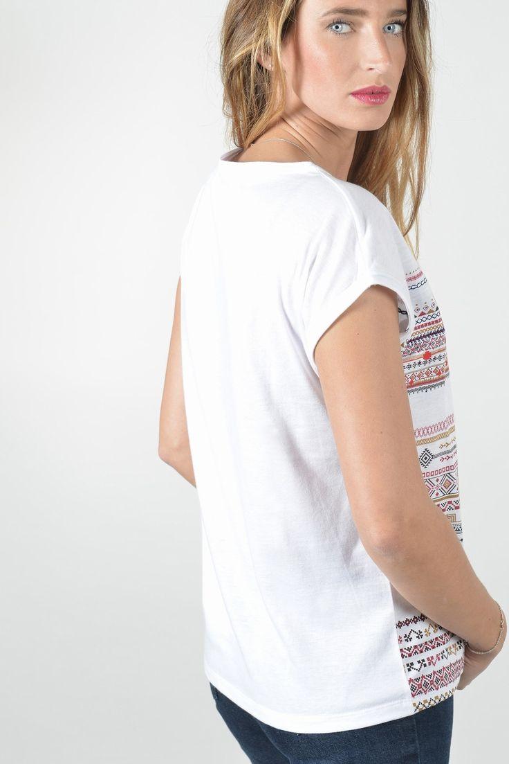 """Parade tee shirt sm - Antonelle Réf :  17TS1851 Craquez pour le sublime tee shirt sans manche à la forme un peu """"loose"""" qui convient à toutes les morphologies, il est imprimé et brodé avec un motif à rayures irrégulières dans un esprit ethnique !  On aime: - son encolure flatteuse - sa matière ultra confort - son imprimé et ses petites broderies aztèque raffinés. #Antonelleparis  #clothing #top #motif #blanc  #lookoftheday #womenswear  #ss17"""