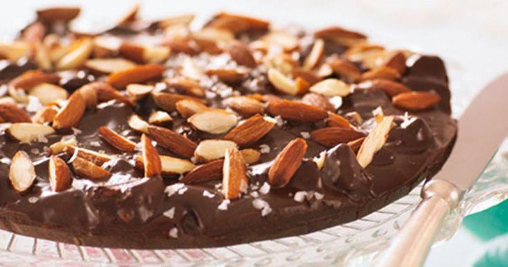 Hakkede biscotti og ristede mandler giver denne chokoladetrøffeltærte en ekstra dimension.