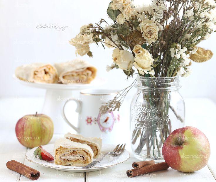 Это идеальный рецепт яблочного рулета. Назовем его ленивый штрудель. Он простой в приготовлении - с ним справится даже ребенок, он безумно вкусный. Он низкокалорийный и полезный. Идеально для завтрака