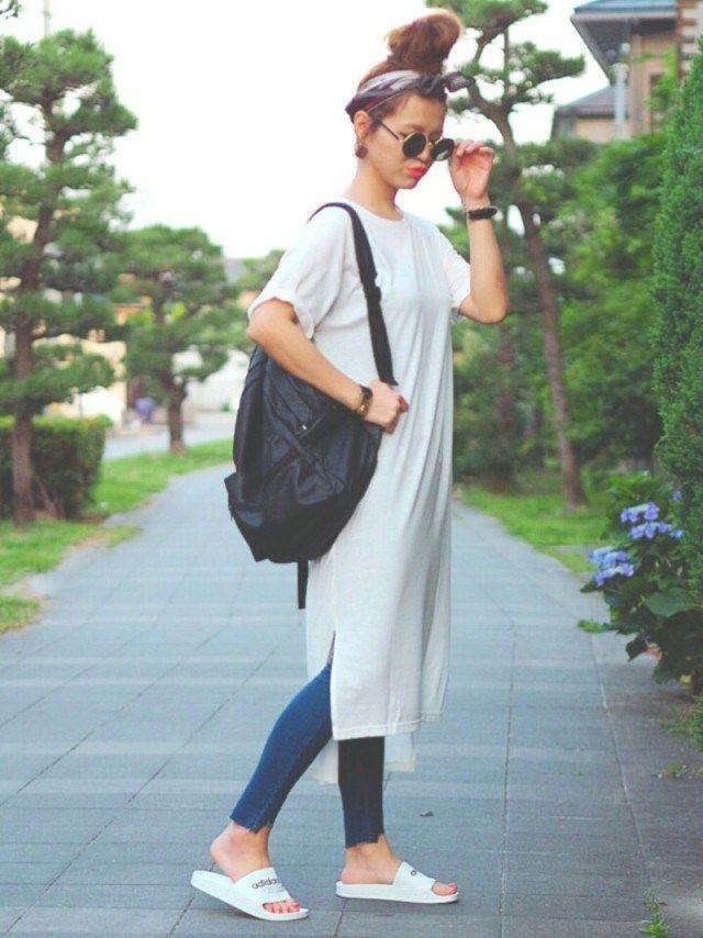 無地の白いTシャツは、これからの季節に欠かせないアイテム。今シーズンはロング丈の「Tシャツワンピース」に注目が集まっているんです♥ プチプラでお手入れしやすいホワイトのTシャツワンピース。着回しコーデをいち早くチェックしておきましょう♪ 白のTシャツワンピースで、楽ちんなおしゃれを楽しもう♪ 類似商品を500ブランドから検索 お家着だけにしておくのはもったいない、楽ちんな白いTシャツワンピース。ちょっとしたおでかけやアウトドアシーン、ご近所コーデにどんどん活用したいですね♪ 白いTシャツ素材だと透けてしまうものも多いので、肌着やボトムのインナー対策もしっかりしておきましょう。 白のTシャツワンピ×ぴったりパンツで、スポーティなカジュアルに 類似商品を500ブランドから検索 類似商品を500ブランドから検索 ゆるっとしたロング丈のTシャツワンピースに好相性なぴったりパンツ。裾にサイドスリットがあるTシャツワンピースだと、こなれ感のあるカジュアルに♪ ワイドデニムパンツにサンダルとカゴバッグで、70年代風ナチュラルに! 類似商品を500ブランドから検索…