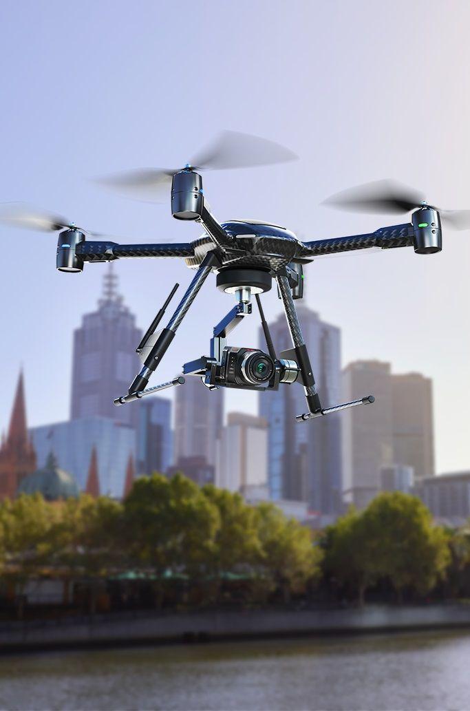 Micro Cinema Camera Blackmagic è una cinepresa digitale professionale dalle dimensioni incredibilmente ridotte. È perfetta per i quadricotteri e le riprese estreme, ma anche per essere nascosta sul set dei reality show. La puoi montare ovunque, per esempio sullo skateboard o sul deltaplano, per ottenere riprese di sport estremo spettacolari. Filma i paesaggi aerei con la cinepresa a bordo di un drone, o indossala sul tuo casco