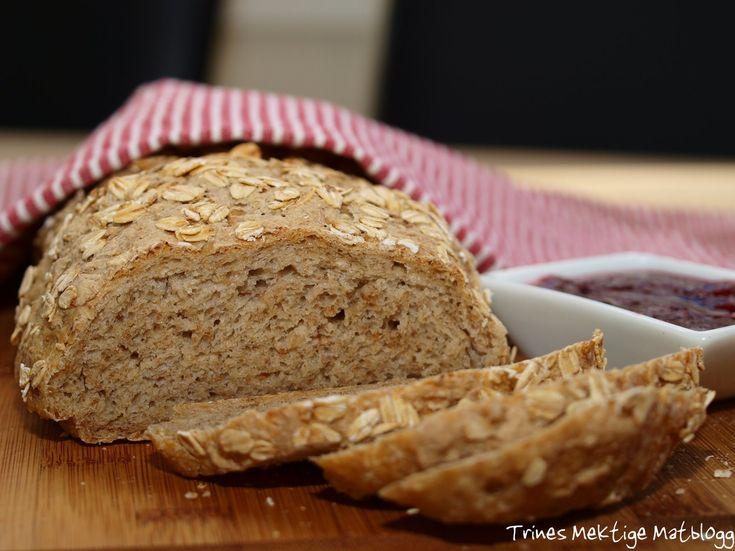 """Her kommer et nytt brød i """"Prosjekt grovbrød"""". Oppskriften er hentet fra Åpent Bakeris bok """"Brød"""", men jeg har gjort noen mindre endringer. Til 3 brød trenger du: 9 dl vann, ca 30 grader 750 gram…"""