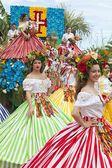 Фуншал, Мадейра - 20 апреля 2015: Исполнителей с красочными и сложные костюмы принимает участие в параде фестиваля на острове Мадейра, Португалия — стоковое фото