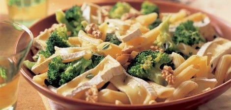 Broccolischotel met pasta, noten en brie