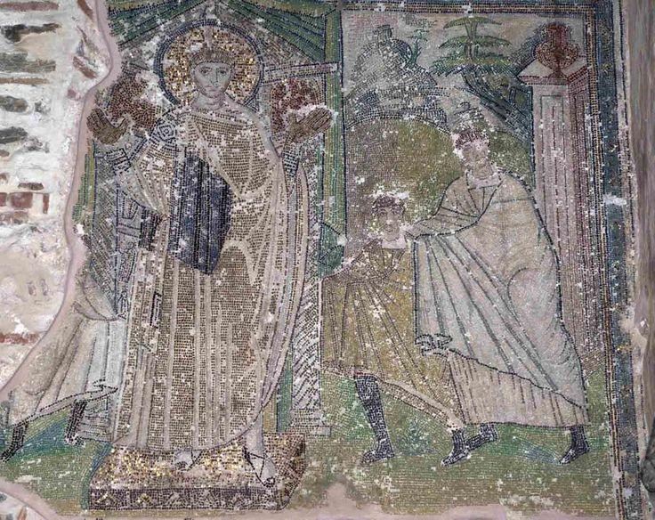 Basilica di San Demetrio, Tessalonica, Grecia. Il mosaico della fine del V secolo. Un bambino, accompagnato dalla madre reca delle offerte a San Demetrio, raffigurato su un piedistallo e in posizione di orante con le palme dorate
