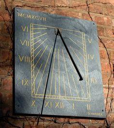 Vertikaluhr aus Schiefer von David Harber www.davidharber.com/de/