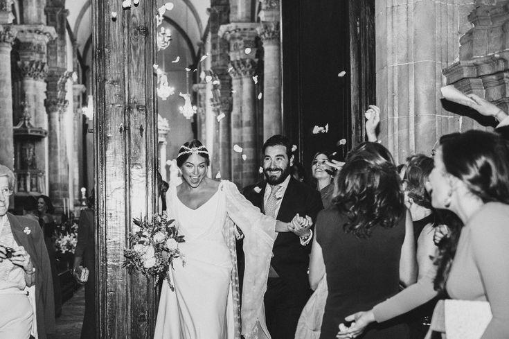 La boda de Ana en Canarias | Sole Alonso Las mangas enormes con gasa y un tul con diminutas flores bordadas el cuerpo con bolillos finisimos ablusado y la capa tambiem de tul con florecitas, le daban ese toque mágico que buscabamos….
