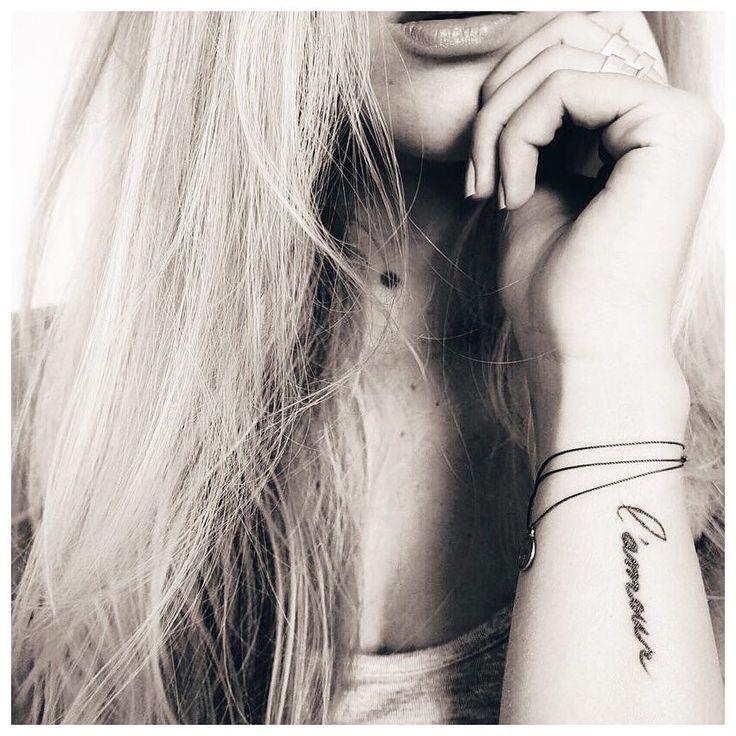 Tatouage, l'amour, manuscrit, fin, minimaliste, avant bras