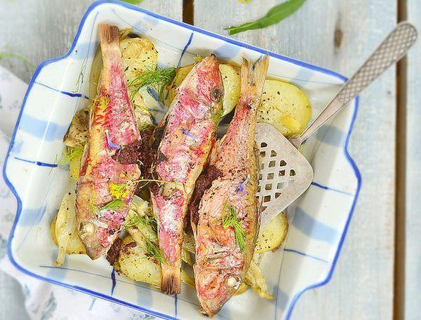 Fırında Barbun Balığı Tarifi Nasıl Pişirilir? Folyoda Kağıtta Barbun Balığı Farklı bir tarif ile fırında barbun balığını lezzetli bir şekilde pişirebilirsiniz. Yapılışı kolay ve pratiktir. Barbunların içleri zeytin ezmesiyle doldurulur, patates ve rezene tohumlarıyla folyo veya kağıt içerisinde fırında 15-20 dakika pişirilir. İsteyen patatesin yanında limon dilimleri ve soğan halkaları ekleyebilir. Fırında barbun balığı tarifi […]