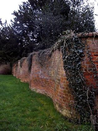 Crinkle Crankle Wall, or snaking wall -Eddington Hall, Eggington   The crinkle crankle wall economizes on bricks, despite its sinuous configuration, because it can be made just one brick thin. If a wall this thin were to be made in a straight line, without buttresses, it would easily topple over. The alternate convex & concave curves in the wall provide stability & help it to resist lateral forces. The term is thought to come from Old English meaning zig-zag. Suffolk County has the most