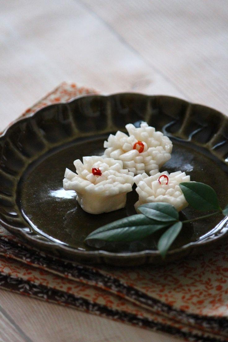 菊花かぶ。 by 栁川かおり / 菊の花に見立てて作るかぶの甘酢漬け。おせちに華を添えます。 / Nadia
