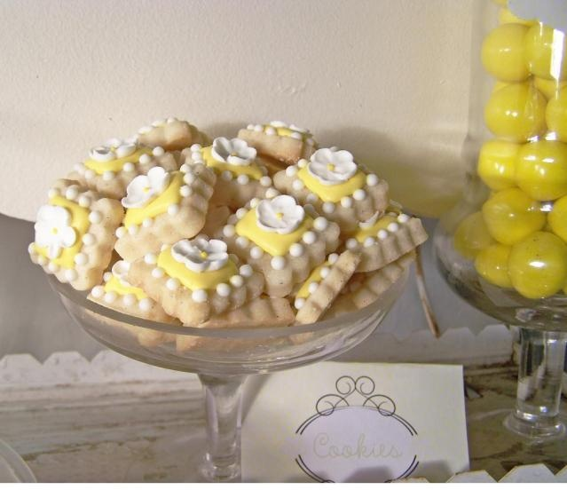 Bridal showerShower Ideas, Polka Dots, Bridal Shower Wedding, Daisies Cookies, Dots Bridal, Shortbread Cookies, Parties Ideas, Daisies Parties, Bridal Showers