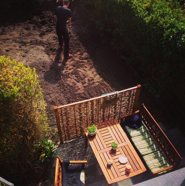 Have 2. Forberedelser til ny græsplæne. Der er også kommet et lille pilehegn for enden af terrassen.
