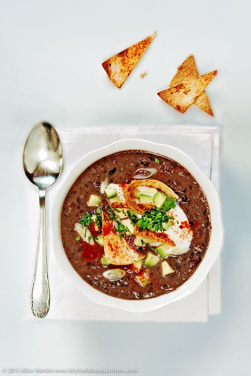 Zuppa di fagioli neri con chips di tortilla * Black bean soup with tortilla chips (vegan)