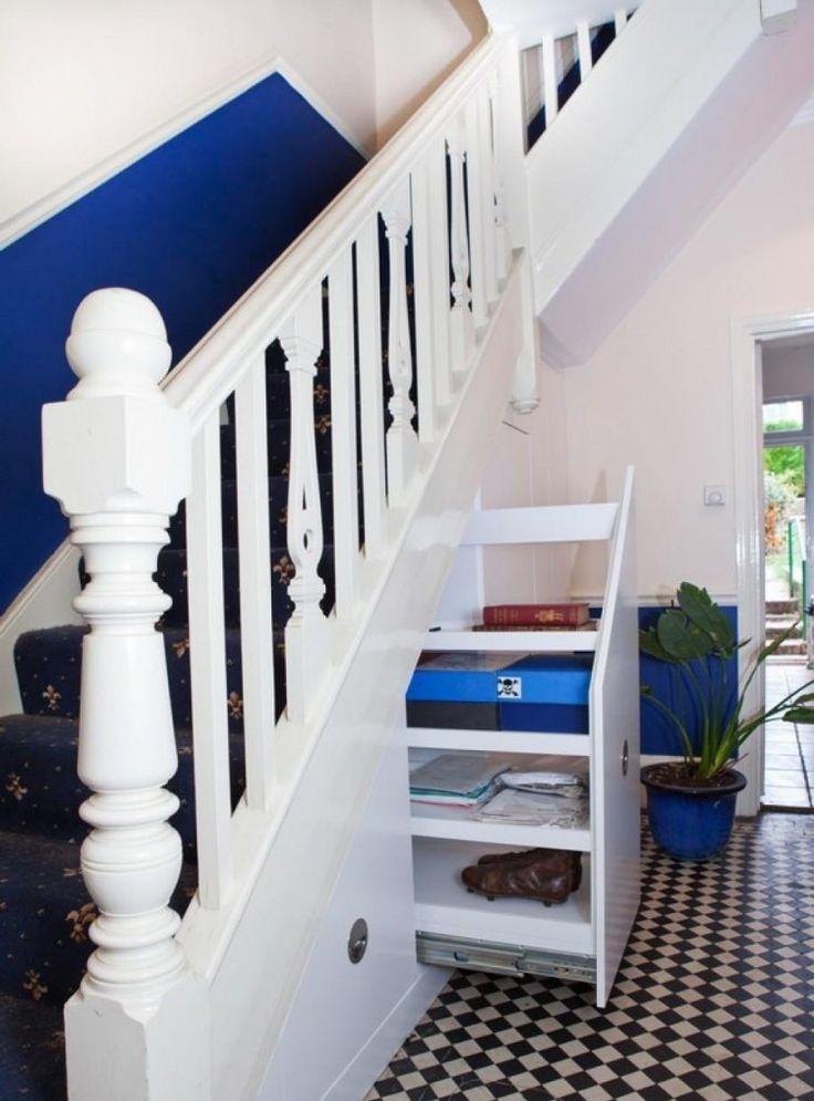 décoration escalier en peinture mi-hauteur bleu roi et blanc et tapis assorti