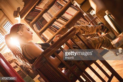 Mulher relaxante em uma biblioteca e ler um livro.