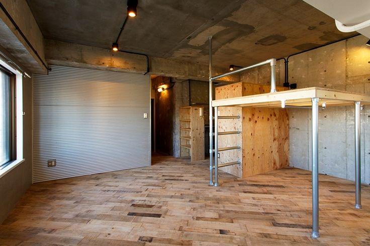 <p>荒々しい床にトタンの壁、単管パイプと合板で作ったロフト。秘密基地のような無骨空間。</p>