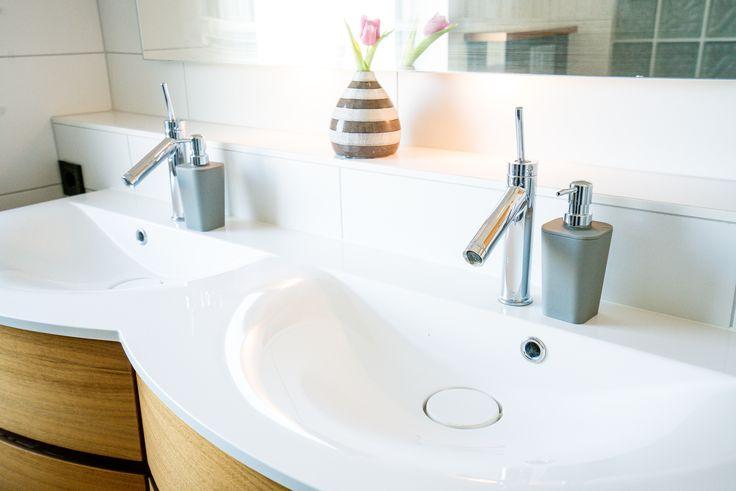 Fint dubbeltvättställ med dolda ventiler och snygga blandare