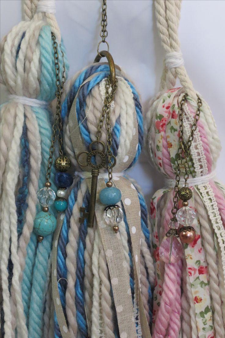 Borlas decorativas de lana y tela con cuentas de vidrio haciendo juego. Cadenas tono bronce.