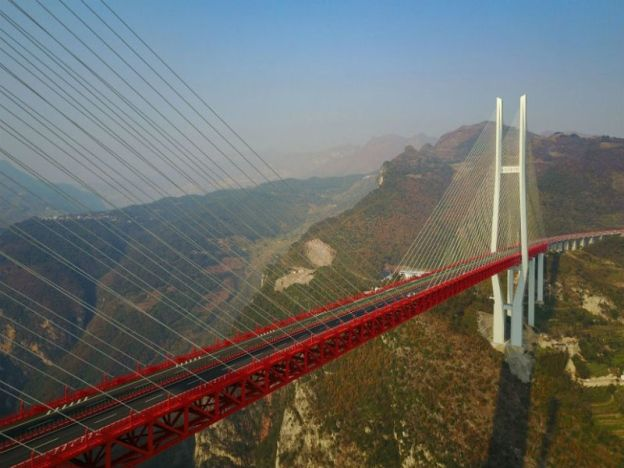 Jambatan tertinggi dunia dibuka kepada lalu lintas   YUNNAN - CHINA. Jambatan tertinggi di dunia berketinggian 565 meter yang menghubungkan dua wilayah pergunungan di barat daya China dibuka kepada lalu lintas. Jambatan Beipanjiang menjangkau 1.34km antara bandar Xuanwei di wilayah Yunnan dan Shuicheng daerah Guizhou itu menelan belanja 1.023b yuan kata penyiar China Central Television. Jambatan empat lorong itu mengambil masa tiga tahun untuk disiapkan. Pembinaan tersebut dapat mengurangkan…