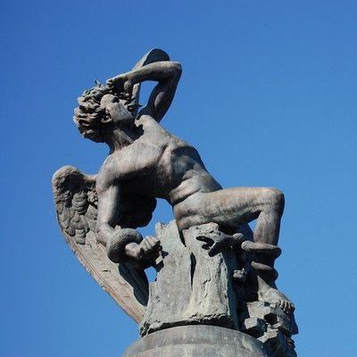 Де знаходиться відома статуя скинутого ангела? в Мадриді! Встановлений в 1922 році Фонтан Скинутий Ангел (скульптор Рікардо Бельвер) є єдиним відомим пам'ятником Люциферу. Він знаходиться в парку Ретіро в Мадриді.