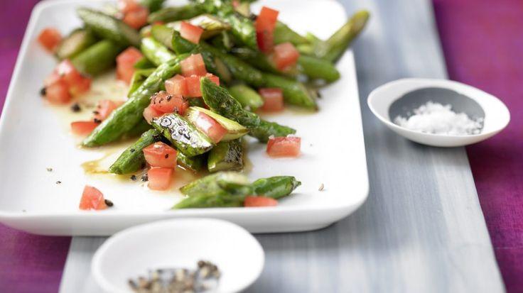 Figurschmeichler: Lauwarmer Spargel-Tomaten-Salat mit leichter Vinaigrette | http://eatsmarter.de/rezepte/lauwarmer-spargel-tomaten-salat