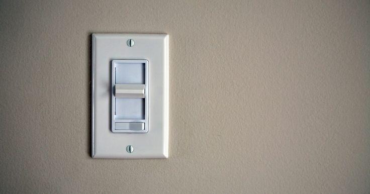 Cómo instalar un interruptor eléctrico de doble luz . Un interruptor eléctrico de doble luz no es nada más que dos interruptores de luz de un solo polo apilados uno encima de otro y colocados en un solo dispositivo. La instalación de un interruptor eléctrico de doble luz permite agregar más dispositivos de iluminación sin la molestia de cortar un agujero en la pared para agregar una caja de ...