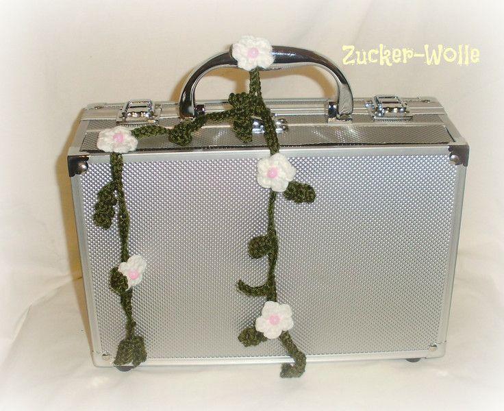 Häkelapplikationen - JanuarTanne Blumengirlande  Häkelblümchen - ein Designerstück von Zucker-Wolle bei DaWanda