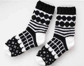 Eilen valmistui toiset Marimekko-villasukat. Ensimmäiset löytyvät täältä . Alotin nämä villasukat innolla jo jokin aika sitten ja ekan sukan...
