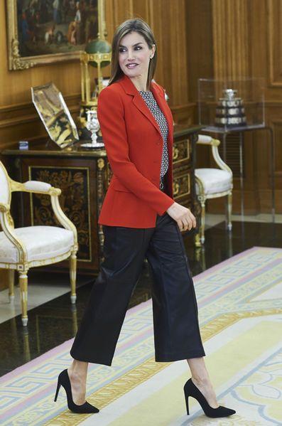 Ce mercredi la reine Letizia d'Espagne a enchaîné deux audiences au palais de la Zarzuela à Madrid, recevant notamment les lauréats 2015 de la mode.