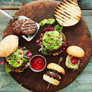 Varva stora och små burgare på grillen! Små hamburgare, så kallade sliders, är perfekta till barnen eller till grillbuffén. Toppa burgarna med krämigt god avokado- och bönröra.