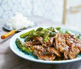 Asiatisches Rinderfilet mit grünem Spargel Rezept: Basmatireis,Salz,Rinderfilet,Reiswein,Knoblauchzehe,Pfefferkörner,Sojasoße,Brühe,Zucker,Spargel,Öl