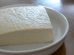 <「冷凍豆腐」の作り方> 木綿豆腐を用意します。(※絹ごし豆腐よりもしっかりしているので、木綿豆腐を使われている方が多いです。) 購入してきた豆腐の水気を切るためにキッチンペーパーと重石を用意して冷蔵庫で一晩水気を切ります。その後、使いやすい大きさに切り保存袋に入れてから冷凍庫へ。凍った豆腐は1ヶ月ほどもちます。  <解凍の仕方> 使う前には解凍します。 豆腐の水分を切ることで、調味料の味がしみこみやすくなります。 冷蔵庫で数時間自然解凍するか、レンジの解凍モードを利用してもOK。 包丁が入るくらいまでに戻した後、キッチンペーパーで水切りします。