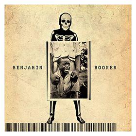 ベンジャミン・ブッカー』 ベンジャミン・ブッカー   パンクロックのように衝動的な荒々しさと、老練なブルースマンを思わせる渋みが同居した唯一無二の音楽。ベンジャミン・ブッカーのアルバムには、そんな未知なる世界が広がっている。音楽だけ聴いてもどういう人物が歌っているのかよくわからないはず。しかも、デビューしたばかりの22歳と聞けば、さらに驚くに違いない。  ベンジャミンは、米国ニューオーリンズを拠点とする黒人シンガーソングライター。本作がデビューアルバムとなるが、それまでにも全米ネットワークのテレビに出演したり、ジャック・ホワイトのツアーで前座を務めたりして、話題には事欠かなかった。満を持してのアルバムといっていいだろう。ライヴでは弾き語りがメインだったようだが、レコーディングではバンドサウンドにこだわり、疾走感にあふれたロックテイストを強調。ブルージーな歌い回しとのバランスが絶妙で、味わい深い作品になっている。