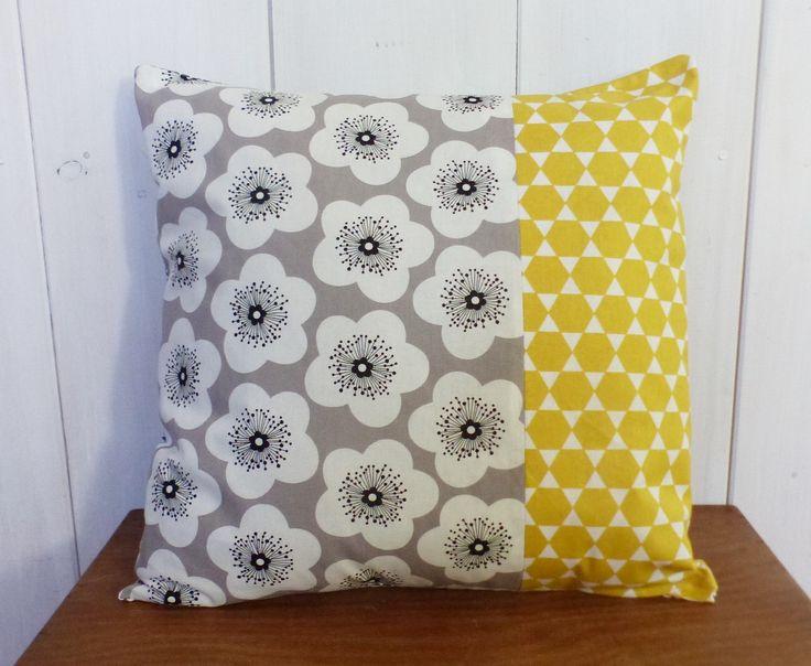 Housse de coussin 40 x 40 cm patchwork tissus à FLEURS VINTAGE GRISES et losanges jaunes moutarde style scandinave : Textiles et tapis par zig-et-zag