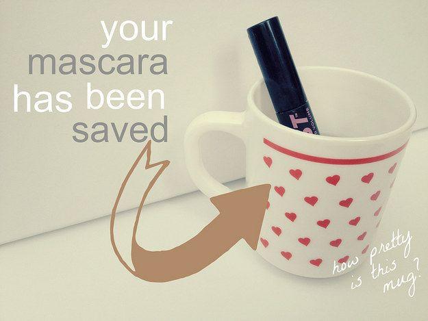 Donnez une seconde vie à votre mascara en le plongeant dans une tasse d'eau bouillante. | 38 astuces beauté simples et pratiques