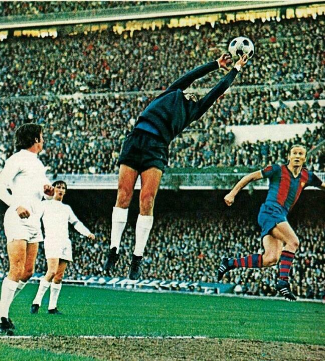 Garcia Ramon (Real Madrid) contro il Barcellona.