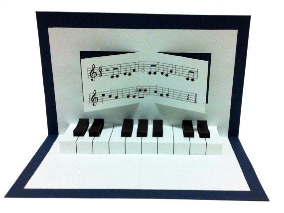 Un pop-up carte d'anniversaire avec un piano ! Sur demande du texte de la chanson d'anniversaire en allemand ou en anglais avec le nom de l'enfant fêté !  Taille : 15 cm x 10 cm (plié)