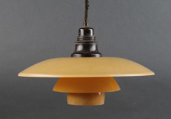 Poul Henningsen door Louis Poulsen - 3.5/2.5 hanglamp 1930  Zeldzaam om te vinden vintage PH hanger. Bakeliet socket dekking en luifel. 3.5 / 2.5 geel mat Glazenset schaduw. Draad schaduw houder gestempeld gepatenteerde & PH-2.5. Geproduceerd door Louis Poulsen in de jaren 1930. Verwachte tekenen van slijtage bovenste en Midden tinten met kleine chip naar rand. Ø 33 cm.CONCEPT:Het armatuur is ontworpen op basis van het beginsel van een reflecterende drie-shade-systeem dat de meerderheid van…