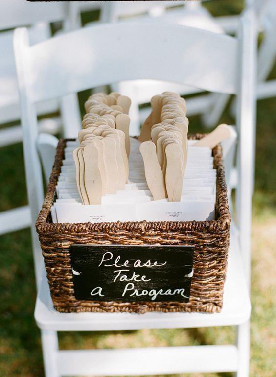 Un programa de bodas que sirve como abanico. Una idea original para bodas en la playa. Fotografía: Emma Freeman Photography. Planning: Fab Event Design.