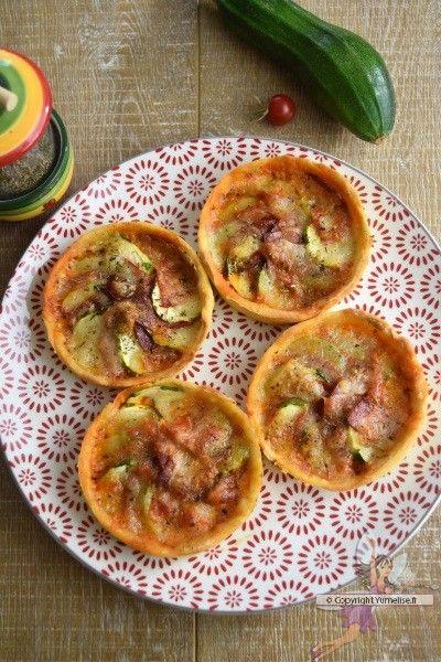 Tartelette courgette et chorizo. Recette de cuisine ou sujet sur Yumelise blog culinaire. Des tartelettes riches en saveurs mais toutes légères : chorizo, courgette, mozzarella et un peu de pesto sur une pâte à la farine de pois chiche et le tour est jouet ! Simple et efficace !