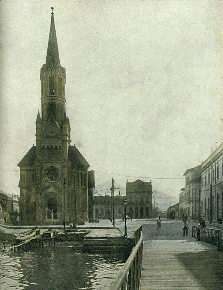 Igreja de São Cristóvão a beira-mar com um cais em 1916