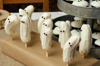 Estos plátanos cubiertos con chocolate blanco simulando un fantasma es el postre ideal para una fiesta de Halloween.