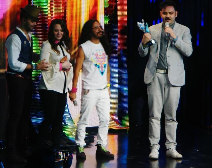 Café Tacvba entregando premio a mejor canción pop a Jesse & Joy.