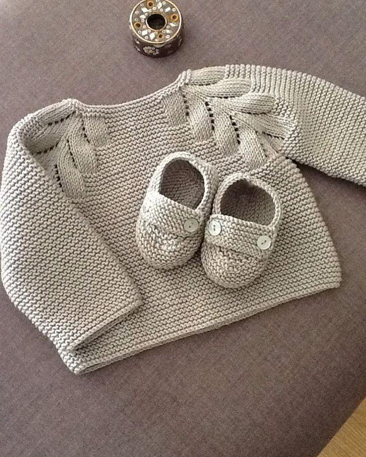 Ensemble layette pull et chaussons assortis