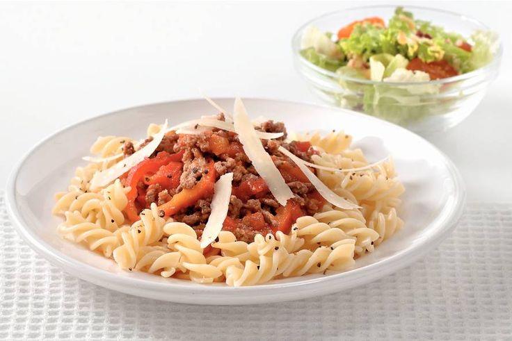 Kijk wat een lekker recept ik heb gevonden op Allerhande! Fusilli met tomaten-paprikasaus en gehakt