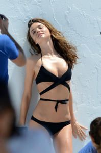 Miranda Kerr - Topless y traje de baño
