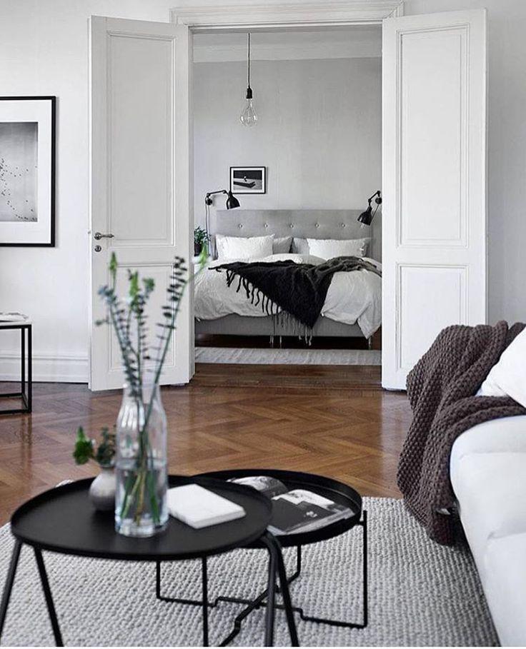 Dubbeldörrar mellan vardagsrum och sovrum