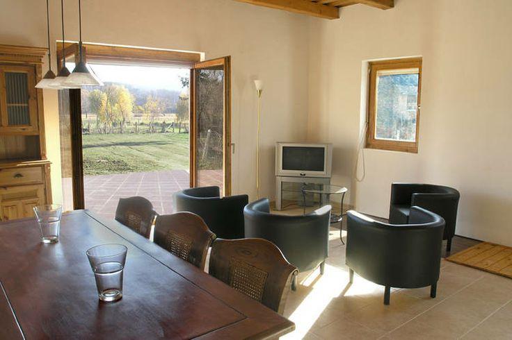 In Hongarije hebben we dit leuke authentieke vakantiehuis te huur staan. Deze wordt aangeboden door een verhuurorganisatie middels een advertentie op de website van Recreatiewoning.nl.  Deze vakantiewoning biedt ruimte aan maximaal 6 personen.